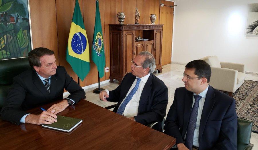 Vacina para todos e não obrigatória, diz Bolsonaro