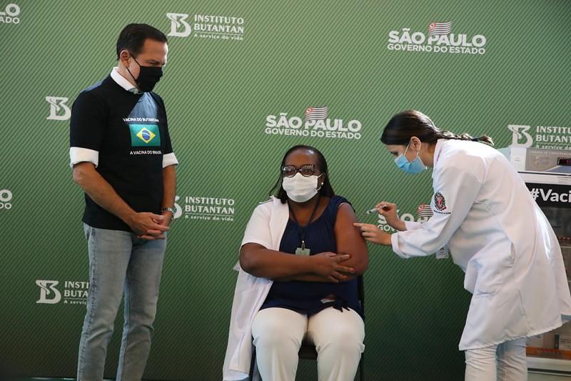 Brasil tem 1ª vacinada e ato de Dória irrita Pazuello