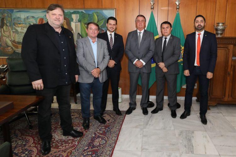 Santiago apresenta PL a Bolsonaro que recria auxílio