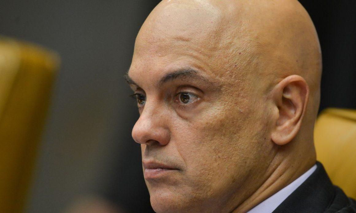 Bolsonaro entrega pedido de impeachment de Moraes