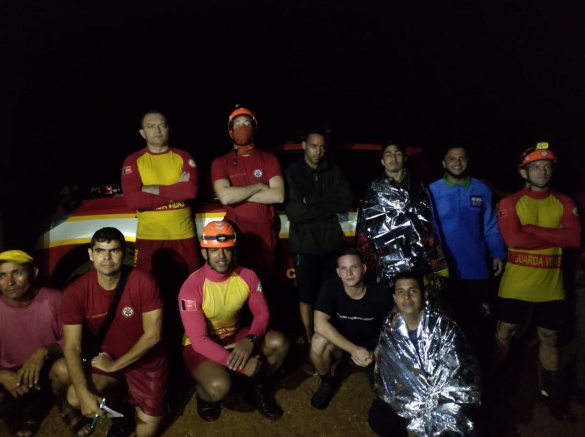 "CBMPB resgata jovens ilhados após ""cabeça d'água"""