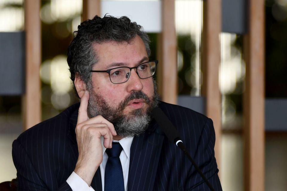 Ernesto Araújo não aguenta pressão e pede para sair