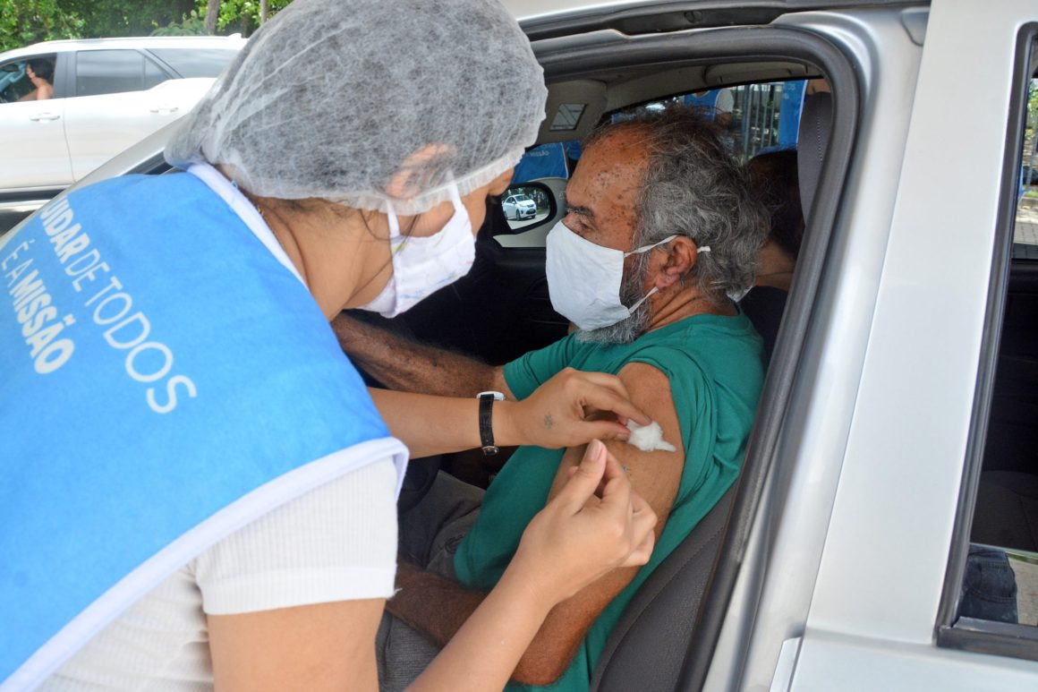 Idosos entre 75 e 79 anos entram na fila da vacina
