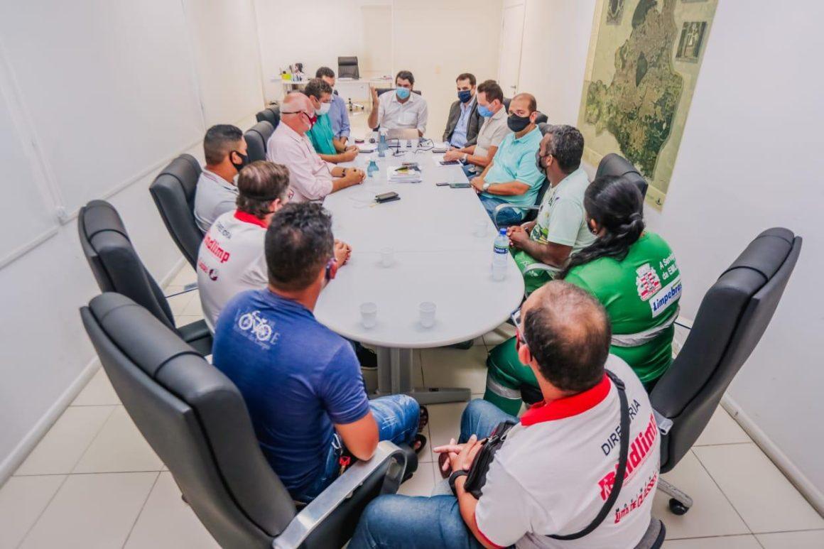 Leo Bezerra recebe agentes de limpeza e abre diálogo