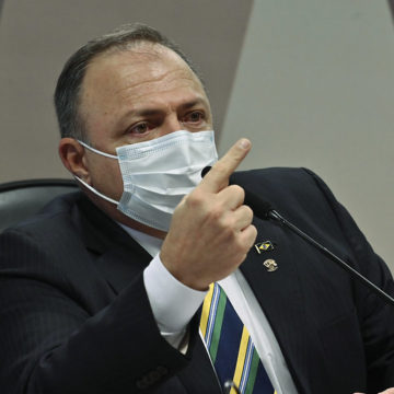 Ex-mulher de Pazuello quer falar à CPI da Covid