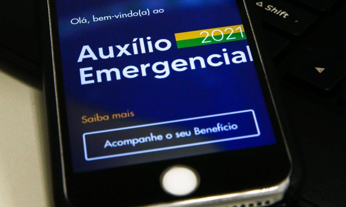 Bolsonaro prorroga auxílio emergencial até outubro