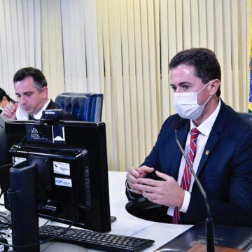 Veneziano defende Senado de ataques de Bolsonaro