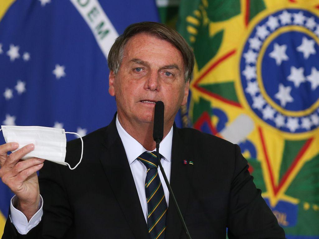 Crachás de filhos de Bolsonaro têm sigilo de 100 anos